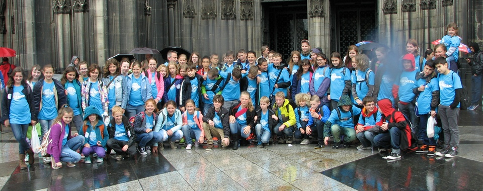 Titelbild - Schülergruppe vor Kölner Dom