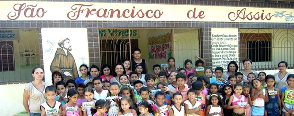 Schüler und Lehrer vor ihrer Schule in Marcação
